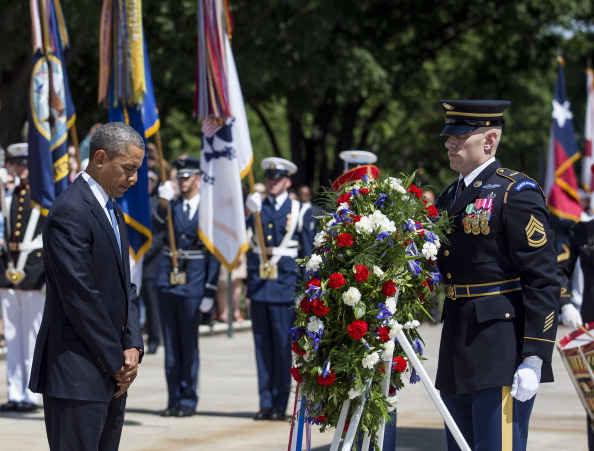 Drew Angerer「President Obama Lays Wreath On Tomb Of The Unknowns On Memorial Day」:写真・画像(8)[壁紙.com]