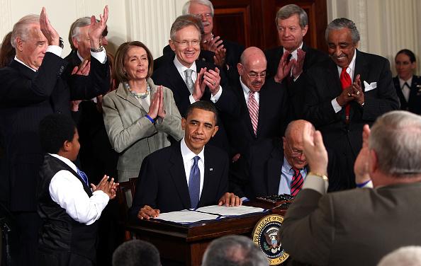 Signing「President Obama Signs Health Care Reform Bill」:写真・画像(9)[壁紙.com]