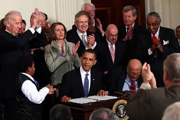 Signing「President Obama Signs Health Care Reform Bill」:写真・画像(3)[壁紙.com]