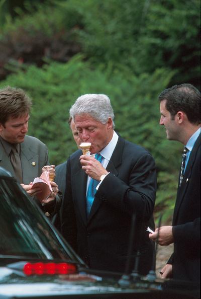 Cone Shape「President Clinton eats ice cream」:写真・画像(8)[壁紙.com]