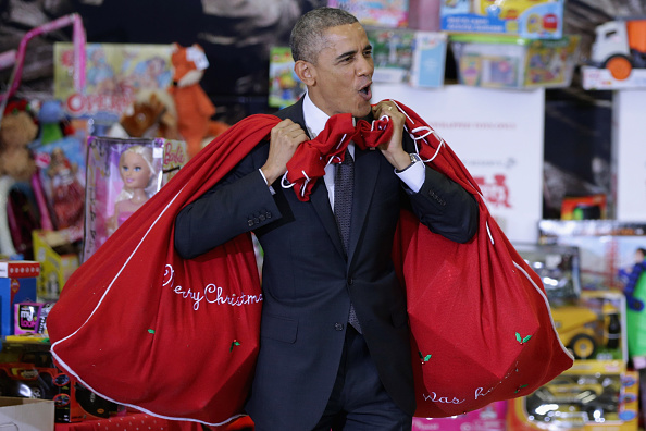 プレゼント「President Obama And First Lady Participate In Toys For Tots Event At Joint Base Anacostia-Boiling」:写真・画像(1)[壁紙.com]