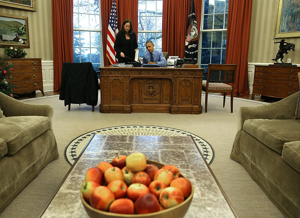 Desk「President Obama Signs Bills In The Oval Office Of White House」:写真・画像(12)[壁紙.com]