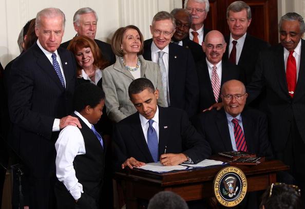 Win McNamee「President Obama Signs Health Care Reform Bill」:写真・画像(6)[壁紙.com]