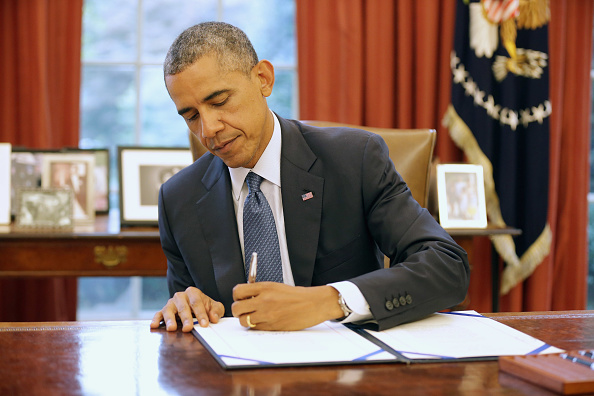 Wireless Technology「President Obama Holds Bill Signing In Oval Office Of White House」:写真・画像(18)[壁紙.com]