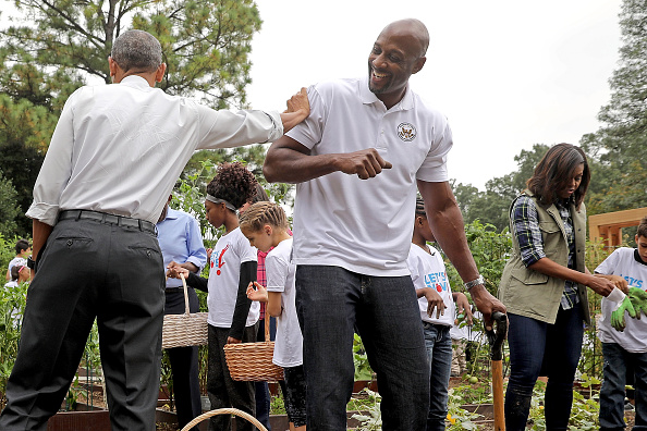 アロンゾ モーニング「Michelle Obama Helps Students Harvest White House Kitchen Garden」:写真・画像(4)[壁紙.com]