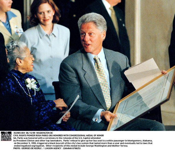Black Civil Rights「President Bill Clinton Speaks With Civil Rights Legend Rosa Parks 86 During A Ceremony In The Capi」:写真・画像(10)[壁紙.com]