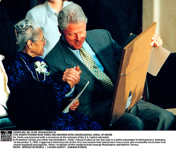 Black Civil Rights「President Bill Clinton Speaks With Civil Rights Legend Rosa Parks 86 During A Ceremony In The Capi」:写真・画像(13)[壁紙.com]