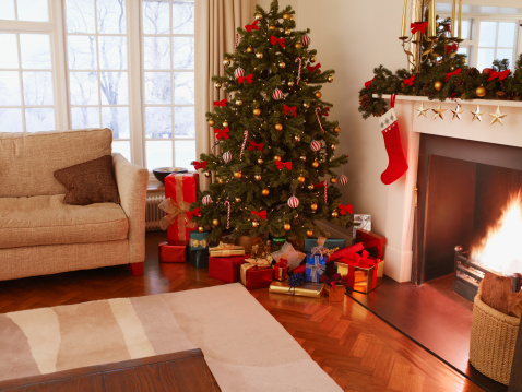 Surrey - England「Gifts under Christmas tree in living room」:スマホ壁紙(9)