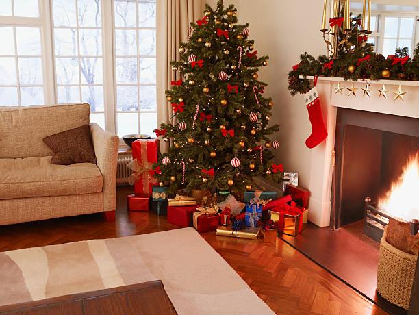 Gifts under Christmas tree in living room:スマホ壁紙(壁紙.com)