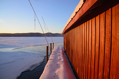 Adirondack Mountains「USA, New York, Lake George, Red Boat House and snow covered pier at edge of lake」:スマホ壁紙(11)