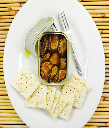Mollusk「Opened can of smoked oysters on a platter with saltine crackers and a fish fork」:スマホ壁紙(17)
