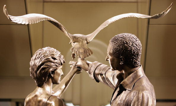 Statue「Princess Of Wales Memorial Unveiled At Harrods」:写真・画像(7)[壁紙.com]