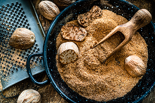 Grater - Utensil「Nutmeg seeds and ground nutmeg shot on rustic wooden table.」:スマホ壁紙(9)