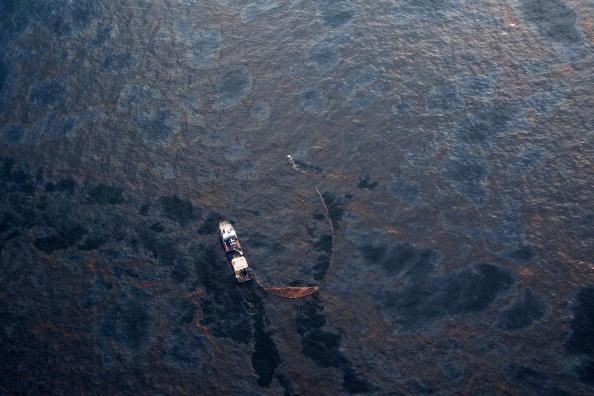 Deepwater Horizon「Coast Guard Attempts Burning Off Oil Leaking From Sunken Rig」:写真・画像(9)[壁紙.com]