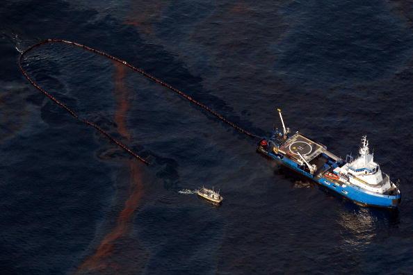 Deepwater Horizon「Coast Guard Attempts Burning Off Oil Leaking From Sunken Rig」:写真・画像(4)[壁紙.com]