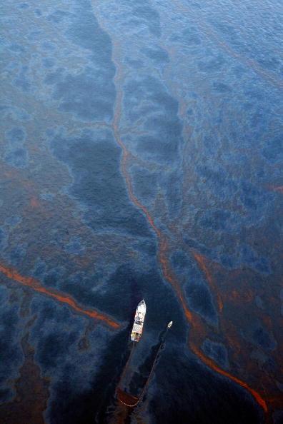 Deepwater Horizon「Coast Guard Attempts Burning Off Oil Leaking From Sunken Rig」:写真・画像(7)[壁紙.com]