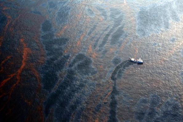 Oil Spill「Coast Guard Attempts Burning Off Oil Leaking From Sunken Rig」:写真・画像(5)[壁紙.com]