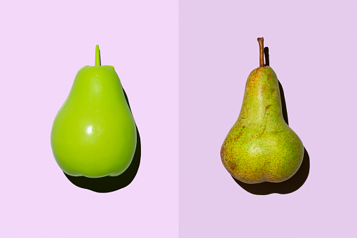 Side By Side「Plastic pear beside real pear」:スマホ壁紙(3)