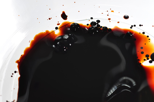 Tar「Oil spilled into clear water in a white bowl」:スマホ壁紙(17)