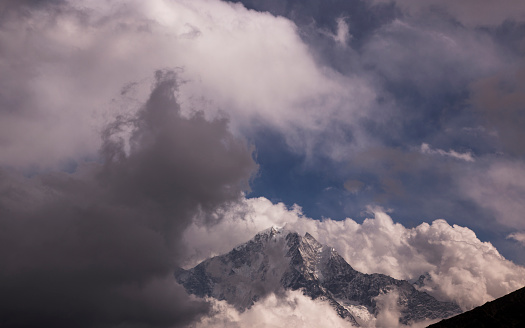 Khumbu「Dramatic cloudscape with Himalayan peaks, Everest Base Camp via Gokyo Trek, Nepal」:スマホ壁紙(12)