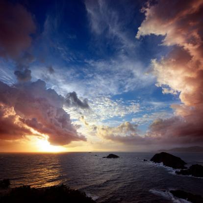cloud「ドラマティックな岩の海岸線に雲模様を、コートダジュール」:スマホ壁紙(4)