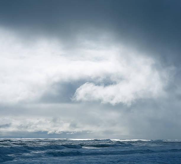 Dramatic cloudy sky over dark water ripple surface sea, sunlight:スマホ壁紙(壁紙.com)