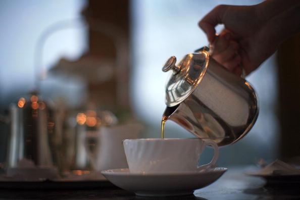 Waiter「Despite Price Rises The British Love Of A Cup Of Tea Endures」:写真・画像(17)[壁紙.com]