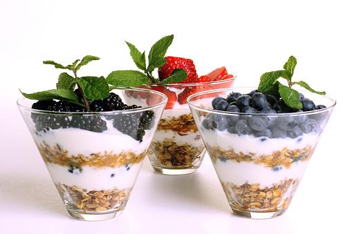 Granola「Three layered breakfast fruit berry parfaits」:スマホ壁紙(18)