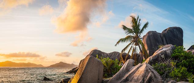 Desert Island「Idyllic tropical island sunset over palm tree beach ocean lagoon」:スマホ壁紙(19)