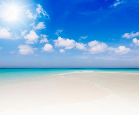 海「のどかな熱帯のビーチで太陽の光」:スマホ壁紙(12)