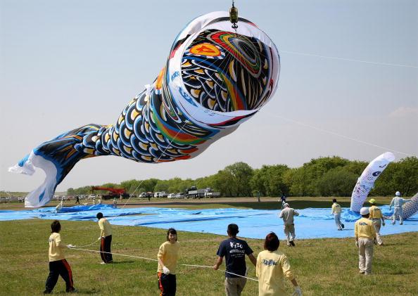 こいのぼり「Japan Celebrates Boys Day With Giant Carp Streamer」:写真・画像(16)[壁紙.com]