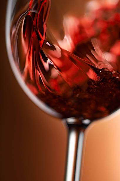 Red wine pouring in glass:スマホ壁紙(壁紙.com)