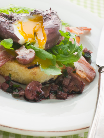 Poached Food「Red Wine Poached Egg with Bacon and Toasted Brioche」:スマホ壁紙(11)