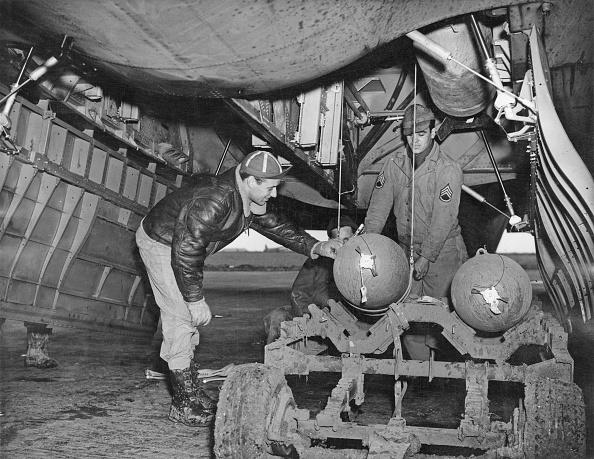 2人「B-17 Bomb Bay」:写真・画像(18)[壁紙.com]