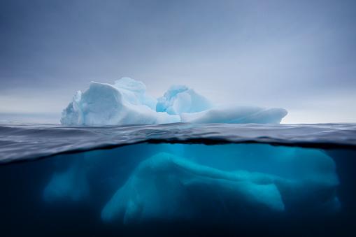 Antarctic Peninsula「Iceberg under and over water」:スマホ壁紙(18)
