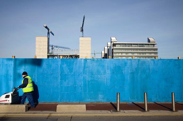 アイルランド リフィー川「Street cleaner passing construction site beside River Liffey, Dublin, Ireland, feb 2008」:写真・画像(14)[壁紙.com]