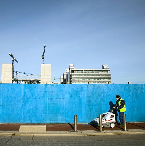 アイルランド リフィー川「Street cleaner passing construction site beside River Liffey, Dublin, Ireland, feb 2008」:写真・画像(13)[壁紙.com]