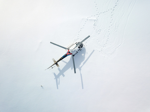 Discovery「Overhead perspective of helicopter parked on a snowy field」:スマホ壁紙(17)