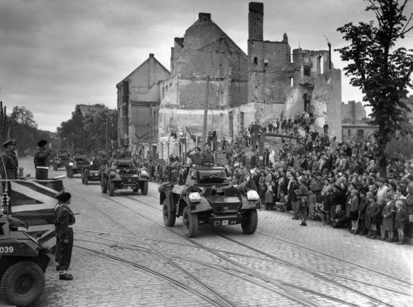 Fred Ramage「Berlin March Past」:写真・画像(1)[壁紙.com]