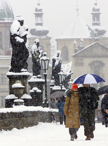 Charles Bridge「Snow Causes Traffic Chaos In Central Europe」:写真・画像(4)[壁紙.com]