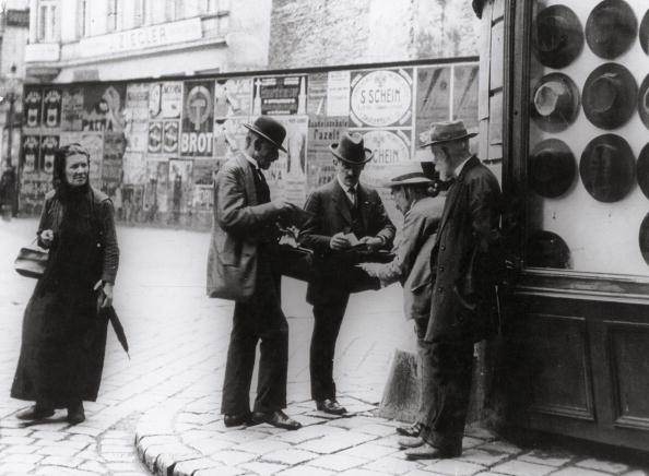 City Life「jewish traders in front of a hatstore」:写真・画像(14)[壁紙.com]
