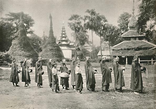 1900-1909「Burmese Phoongyies Collecting Alms」:写真・画像(0)[壁紙.com]