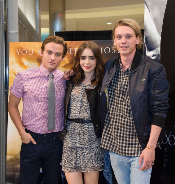 "Minnesota「Lily Collins, Jamie Campbell Bower and Kevin Zegers of ""The Mortal Instruments"" at Mall of America in Minneapolis」:写真・画像(10)[壁紙.com]"