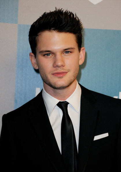 Jeremy Irvine「13th Annual Warner Bros. And InStyle Golden Globe Awards After Party - Arrivals」:写真・画像(15)[壁紙.com]