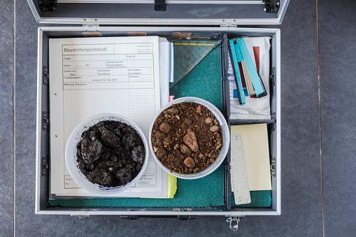 Specimen Holder「Case of geotechnical expert with soil samples and documents」:スマホ壁紙(5)