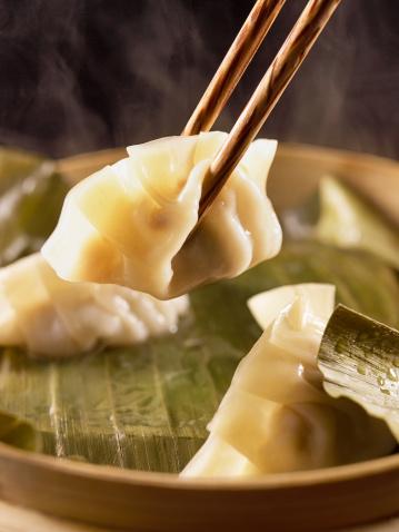 Dumpling「Dumplings with chopsticks」:スマホ壁紙(7)