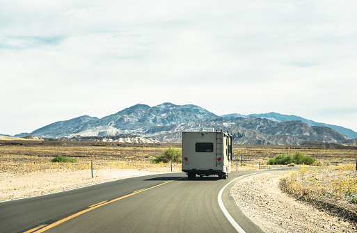 Dividing Line - Road Marking「RV vehicle on the road on the death valley」:スマホ壁紙(9)
