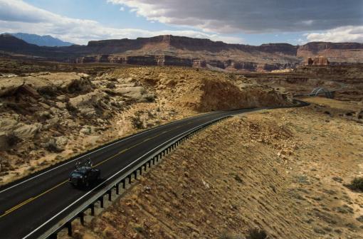 Glen Canyon National Recreation Area「Vehicle on highway, Glen Canyon National Recreation Area, Utah, USA」:スマホ壁紙(18)
