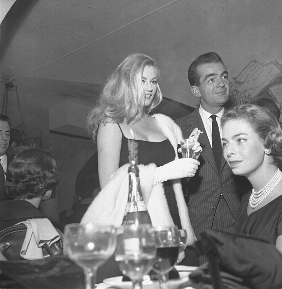 Drinking Glass「Actress Anita Ekberg is with friends at the restaurant 'Rugantino' during a dinner party, Rome 1958」:写真・画像(11)[壁紙.com]