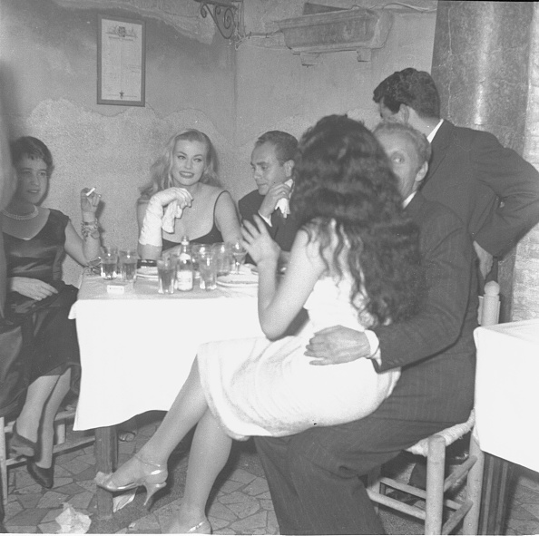 女優「Actress Anita Ekberg is with Giovannella Zannoni, Aïché Nana and Lorenzo Ricciardi at the restaurant 'Rugantino' during a dinner party, Rome 1958」:写真・画像(1)[壁紙.com]
